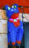 五颜六色的红色蓝色驴彩饰陶罐瓜纳华托州墨西哥 免版税库存照片