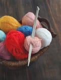 五颜六色的纱线和编织针 免版税库存照片