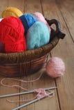 五颜六色的纱线和编织针 图库摄影