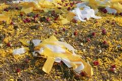 五颜六色的纸和瓣装饰的中国祖先的坟墓 库存照片