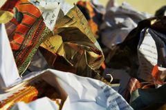 五颜六色的纸垃圾,背景 库存照片