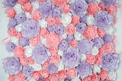 五颜六色的纸花背景 与手工制造玫瑰的花卉背景为婚礼之日或生日 库存照片