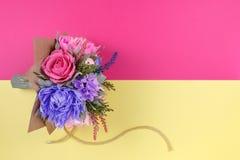 五颜六色的纸花花束在洋红色和黄色背景的作为明信片、邀请信和等的一个背景 免版税库存照片