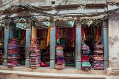 五颜六色的纺织品、被编织的地毯和席子在显示n露天市场上在加德满都,尼泊尔 库存图片