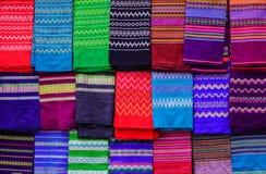 五颜六色的纺织品待售在一个传统市场上 库存图片