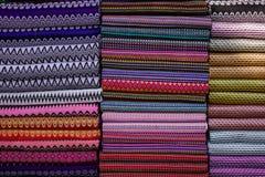 五颜六色的纺织品待售在一个传统市场上 库存照片
