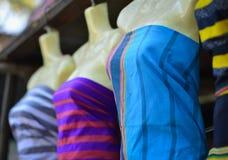 五颜六色的纺织品待售在一个传统市场上 图库摄影