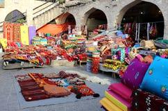 五颜六色的纺织品在多哈市场上 免版税库存图片
