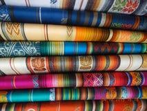 五颜六色的纺织品, Otovalo印地安市场,厄瓜多尔,在基多附近 图库摄影