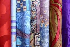 五颜六色的织品用于设计妇女的各种各样的衣裳,并且人,它可以帆布或棉花和甚而丝绸所有suitab 库存照片