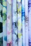 五颜六色的织品用于设计妇女的各种各样的衣裳,并且人,它可以帆布或棉花和甚而丝绸所有suitab 免版税图库摄影