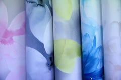 五颜六色的织品用于设计妇女的各种各样的衣裳,并且人,它可以帆布或棉花和甚而丝绸所有suitab 图库摄影