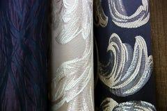 五颜六色的织品用于设计妇女的各种各样的衣裳,并且人,它可以帆布或棉花和甚而丝绸所有suitab 免版税库存图片