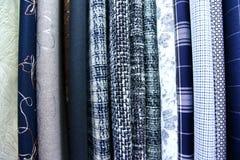 五颜六色的织品用于设计妇女的各种各样的衣裳,并且人,它可以帆布或棉花和甚而丝绸所有suitab 库存图片