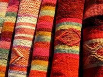 五颜六色的织品秘鲁人 免版税库存照片