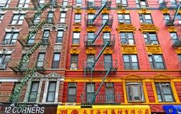 五颜六色的经典老大厦、建筑学和门面与窗口、阳台和餐馆在一点意大利,曼哈顿下城,Ne 库存照片