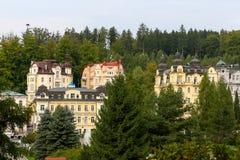 五颜六色的经济公寓住宅和树 免版税图库摄影