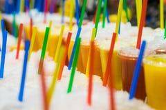 五颜六色的结冰的圆滑的人用用冰盖的新鲜的被混和的果子 免版税库存照片