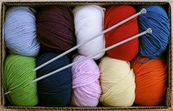 五颜六色的编织针纱线 库存照片