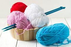 五颜六色的编织的纱线 免版税库存照片