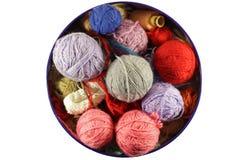 五颜六色的编织的羊毛球 免版税库存照片