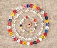 五颜六色的缝合的按钮圈子  背景 免版税库存图片