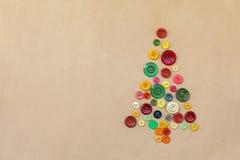 从五颜六色的缝合的按钮的圣诞树 库存照片