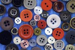 五颜六色的缝合的按钮背景 免版税图库摄影