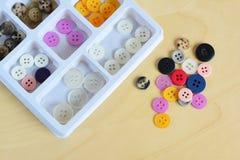 五颜六色的缝合的被设置的按钮和缝合的按钮 库存照片