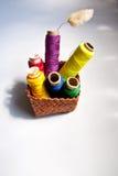 五颜六色的缝合针线一个小的篮子  免版税库存图片
