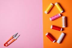 五颜六色的缝合针线和剪刀在明亮的背景 免版税库存图片
