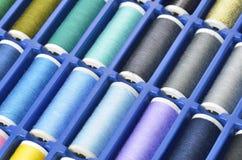 五颜六色的缝合针线 免版税库存图片