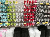 五颜六色的罐品种待售在超级市场 库存图片