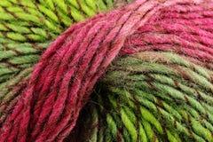 五颜六色的羊毛、红色和绿色卷  库存图片