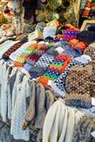 五颜六色的羊毛手套在里加圣诞节市场上 库存图片