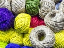 五颜六色的羊毛线团 免版税库存照片