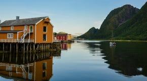 五颜六色的美丽如画的木房子在Sjogata, Mosjoen,诺尔兰,北挪威 免版税库存图片
