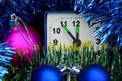 五颜六色的美丽的圣诞节球和一个小方形的闹钟 库存照片