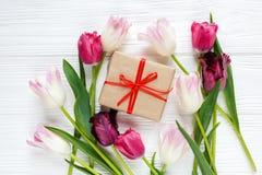 五颜六色的美丽的郁金香,在白色木桌上的礼物盒 华伦泰,春天背景 花卉嘲笑与copyspace 库存图片