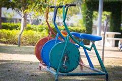 五颜六色的老三辆自行车在操场 免版税库存照片