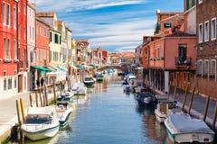 五颜六色的老房子和桥梁在运河在Murano海岛  库存照片