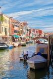 五颜六色的老房子和桥梁在运河在Murano海岛  库存图片