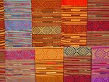 五颜六色的老挝纺织品 免版税图库摄影