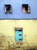 五颜六色的老木shophouse窗口 库存照片