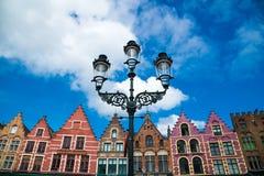 五颜六色的老砖房子在集市广场在布鲁日,比利时老镇  库存图片