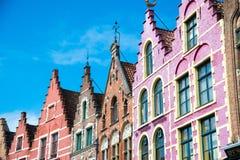 五颜六色的老砖房子在集市广场在布鲁日,比利时老镇  免版税库存图片