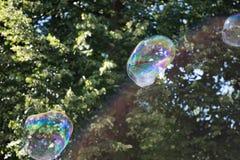 五颜六色的肥皂泡在天空中 库存照片