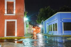 五颜六色的胡同夜视图在坎比其墨西哥 免版税库存照片