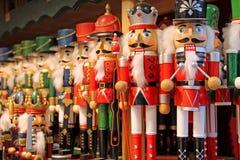 五颜六色的胡桃钳在一个传统圣诞节市场上在萨尔茨堡,奥地利 库存图片