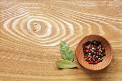 五颜六色的胡椒和海湾叶子 免版税图库摄影